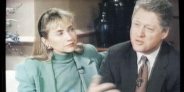 Tv-bild från intervju med Bill Clinton och Hillary Clinton, 1992. (AP Photo/CBS-TV via AP) / TT / NTB Scanpix