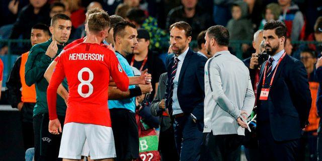 Englands förbundskapten Gareth Southgate  och spelaren Jordan Henderson diskuterar med domaren STRINGER / BILDBYRÅN
