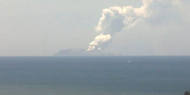 Vit rök stiger från den vulkaniska ön.  GNS SCIENCE / TT NYHETSBYRÅN