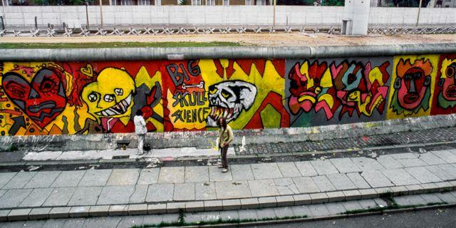 En konstnär målar graffiti på Berlinmuren i Västberlin, Västtyskland, 1984.  SvP / TT / / TT NYHETSBYRÅN