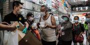 Människor köar för en gratis måltid, här i Hongkong.  ANTHONY WALLACE / TT NYHETSBYRÅN