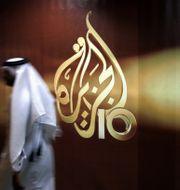 En anställd vid entrén till Al Jazeeras kontor i Doha.  Kamran Jebreili / TT / NTB Scanpix