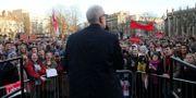 Oppositionsledaren Jeremy Corbyn framför Labour-anhängare.  ISABEL INFANTES / AFP