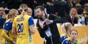 Arkivbild. Sveriges förbundskapten Henrik Signell instruerar Isabelle Gulldén och Hanna Blomstrand. Adam Ihse/TT / TT NYHETSBYRÅN