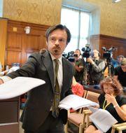 Personal delar ut hiphopartistens ASAP Rocky (Rakim Athelaston Mayers) dom i Stockholms tingsrätt. Anders Wiklund/TT / TT NYHETSBYRÅN
