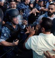 Demonstranter mot poliser i Libanon. Bilal Hussein / TT NYHETSBYRÅN