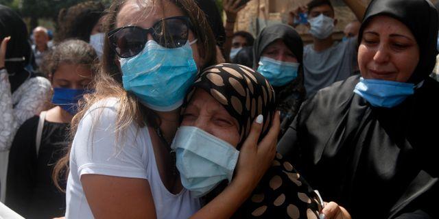 Anhöriga sörjer en avliden. Mohammed Zaatari / TT NYHETSBYRÅN