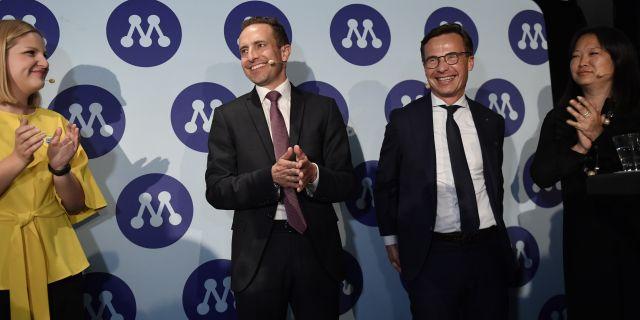 Arba Kokalari, Tomas Tobé och Ulf Karlsson är nöjda efter det preliminära valresultatet. Stina Stjernkvist/TT / TT NYHETSBYRÅN