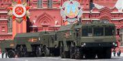 Militärutrustning som krävs för att avfyra Iskander-roboten körs genom Moskva under en parad 2016. Alexander Zemlianichenko / TT NYHETSBYRÅN