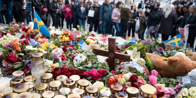 Blommor och ljus på Sergels torg efter terrordådet på Drottninggatan. Arkivbild. Adam Ihse/TT / TT NYHETSBYRÅN