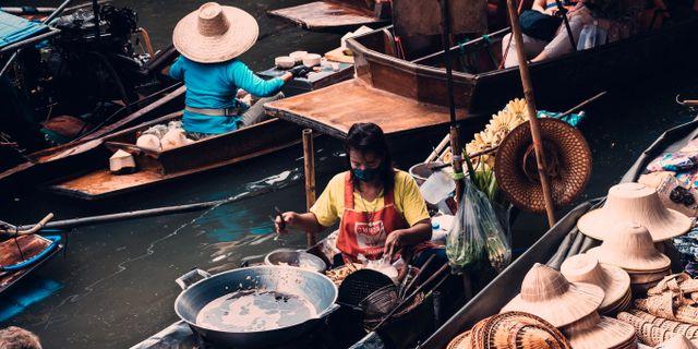 Den flytande marknaden är ett av Bangkoks måsten, enligt resemagasinet Vagabond. Arnie Chou/Pexels