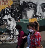 Personer med munskydd i Paris.  Francois Mori / TT NYHETSBYRÅN