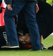 Neymar tas om hand efter skadan. STEPHANE MAHE / TT NYHETSBYRÅN
