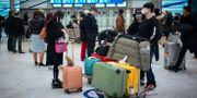 Resenärer från Peking som landat på flygplatsen Charles de Gaulle i Paris. Kamil Zihnioglu / TT NYHETSBYRÅN