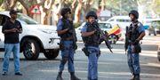 Polisen stänger av vägar runt Guptas hus under räden. JAMES OATWAY / TT NYHETSBYRÅN
