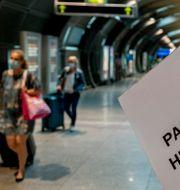 Arkivbild: Passagerare på Frankfurts flygplats i Tyskland.  Michael Probst / TT NYHETSBYRÅN