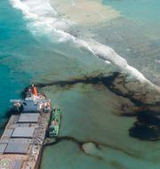 Olja som läcker från MV Wakashi. Bilden är tagen den 11 augusti. Gwendoline Defente / TT NYHETSBYRÅN