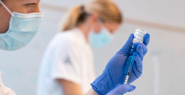 Illustrationsbild. Spruta laddas med Astra Zenecas vaccin. Johan Nilsson/TT / TT NYHETSBYRÅN