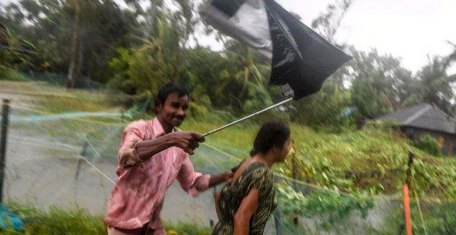 Bybor kämpar mot starka vindar när Bulbul närmar sig. DIBYANGSHU SARKAR / AFP