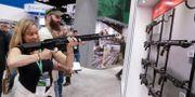 Mary Vennekotter testar en AR-15 på en NRA-mässa i Indianapolis. Michael Conroy / TT NYHETSBYRÅN