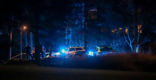 Polisen vid brottsplatsen.  Pontus Altin/TT / TT NYHETSBYRÅN