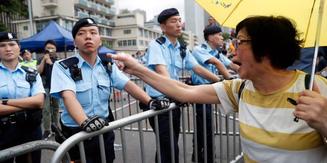 En kvinnlig demonstrant i Hongkong idag.  JORGE SILVA / TT NYHETSBYRÅN