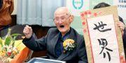 Chitetsu Watanabe med diplomet han fick efter att ha erkänts som världens äldsta man.  TT NYHETSBYRÅN