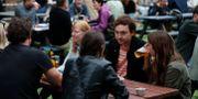 Människor dricker öl på The Black Lion Pub i London. Frank Augstein / TT NYHETSBYRÅN