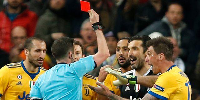 Bild från matchen då Buffon blev utvisad. Francisco Seco / TT NYHETSBYRÅN