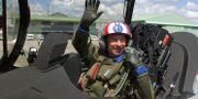 Serge Dassault poserar i ett stridsflygplan utanför Paris 1999.  FREDERICK FLORIN / AFP