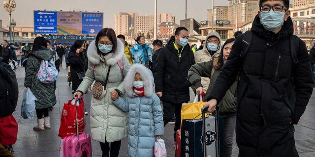 Resenärer på Pekings tågstation. NICOLAS ASFOURI / AFP