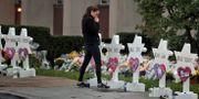 En kvinna vid minnesmärket utanför synagogan i Pittsburgh. CATHAL MCNAUGHTON / TT NYHETSBYRÅN