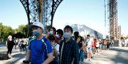 Turister i ansiktsmak köar till Eiffeltornet. Arkivbild. Thibault Camus / TT NYHETSBYRÅN