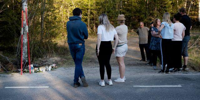 Sörjande vid olycksplatsen.  Mats Andersson / TT / TT NYHETSBYRÅN