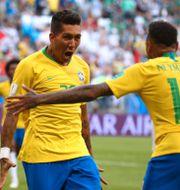 Firmino och Neymar jublar. MICHAEL DALDER / TT NYHETSBYRÅN