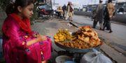 Illustrationsbild: Flicka säljer godsaker efter skolan i Pakistan. K.M. Chaudary / TT NYHETSBYRÅN