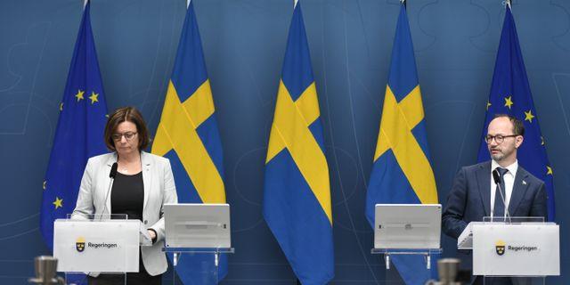 Tomas Eneroth och Isabella Lövin vid måndagens pressträff. Ali Lorestani/TT / TT NYHETSBYRÅN