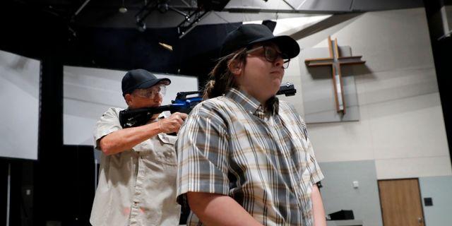 Brett Faulkner (tv) under en övning. Tony Gutierrez / TT NYHETSBYRÅN