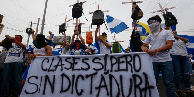 Studenter demonterar mot president Daniel Ortega. Alfredo Zuniga / TT / NTB Scanpix