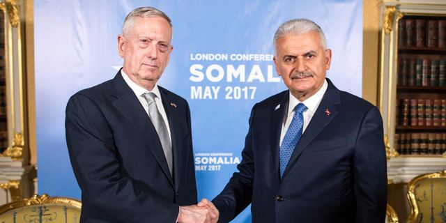 Pentagonchefen Jim Mattis/Turkiets premiärminister Binali Yildirim.  STF / TT / NTB Scanpix