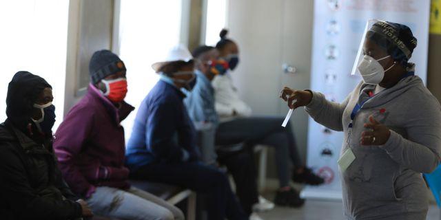 Volontärer vid ett sjukhus i Soweto, Sydafrika, väntar på att delta i ett vaccintest. Siphiwe Sibeko / TT NYHETSBYRÅN