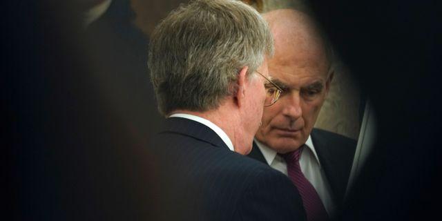 John Bolton (med ryggen mot kameran) och John Kelly. JONATHAN ERNST / TT NYHETSBYRÅN