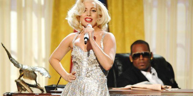Lady Gaga och R Kelly framför låten på American Music Awards 2013. John Shearer / TT NYHETSBYRÅN