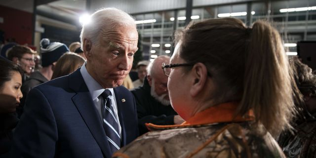 Joe Biden möter väljare. Al Drago / GETTY IMAGES NORTH AMERICA