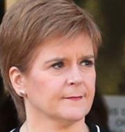 Skottlands föresteminister Nicola Sturgeon / Kvinna med ansiktsmask i Storbritannien TT NYHETSBYRÅN