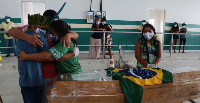 Sörjande på begravning i Manaus.  Edmar Barros / TT NYHETSBYRÅN