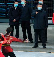 President Xi Jinping tittar på skridskoåkare inför förberedelserna för vinter-OS 2022.  Yao Dawei / TT NYHETSBYRÅN