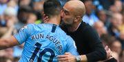 Aguero får en puss av City-tränaren Pep Guardiola. LINDSEY PARNABY / AFP