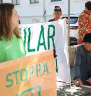 Naturskyddsföreningen håller en manifestation på torget i Lysekil.  Adam Ihse/TT / TT NYHETSBYRÅN