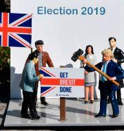 """En miniatyrmodell av britternas premiärminister Boris Johnson slår ner en skylt med budskapet """"Get brexit done"""" på Mini Europa-parken i Bryssel med modeller över Europeiska huvudstäder. JOHN THYS / TT NYHETSBYRÅN"""